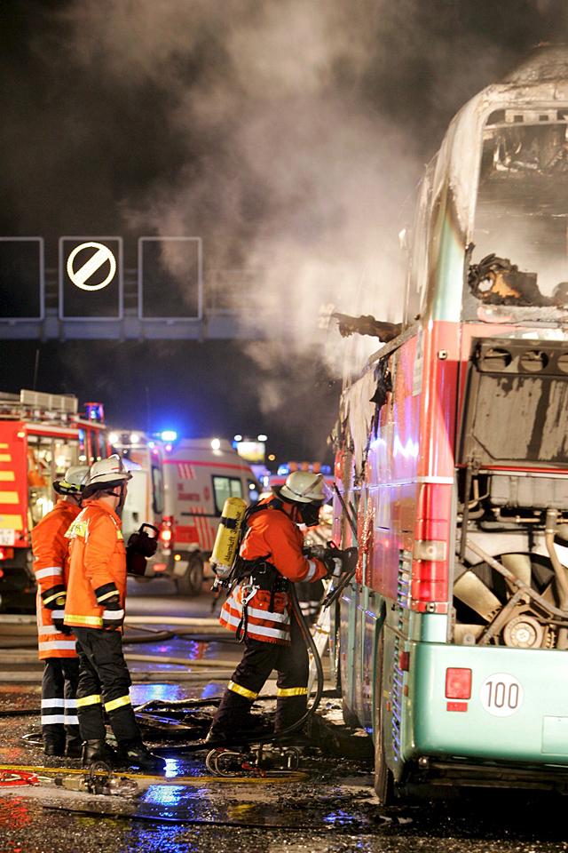 Veinte muertos al incendiarse un autobús en Alemania por una colilla mal apagada