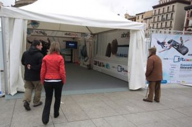 Una carpa ofrece información sobre la TDT en Navarra