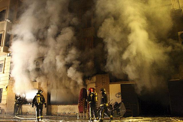 Desalojan 8 edificios y decenas de personas al arder un restaurante en Murcia