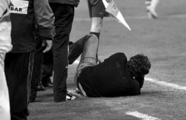 Un objeto alcanza a Lillo en Anoeta tras el empate de la Real
