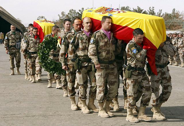 Los militares despiden a los soldados fallecidos en un acto presidido por Chacón