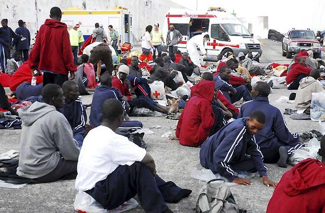 Dos inmigrantes fallecidos en un cayuco que llegó a El Hierro con 123 ocupantes a bordo