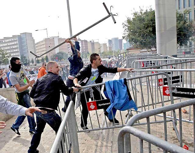 Protestas violentas de los trabajadores de Nissan en Barcelona por el ERE