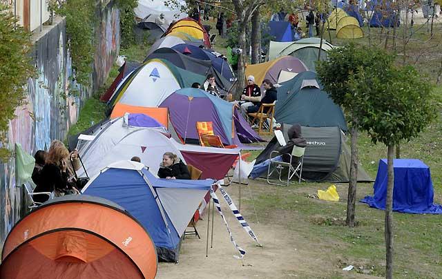 Más de un millar de personas acampan en Fuenlabrada para obtener una vivienda a precio de saldo