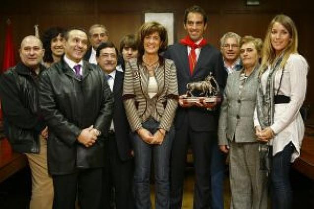 El torero Salvador Cortés recibe el trofeo de triunfador de la feria de fiestas de Estella