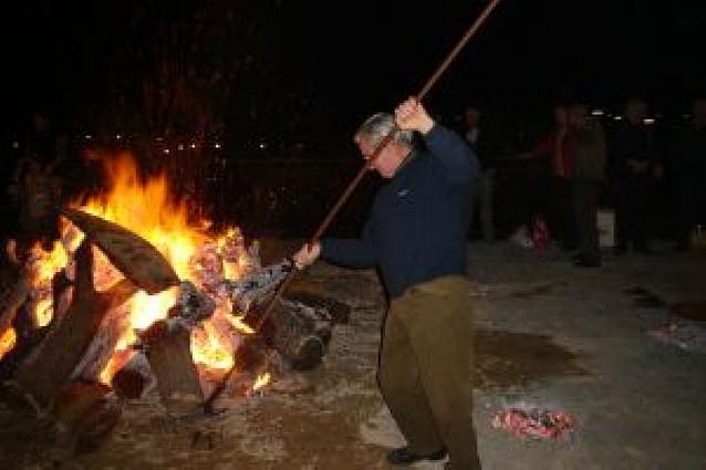 Los cirboneros encienden la tradicional hoguera de San Martín