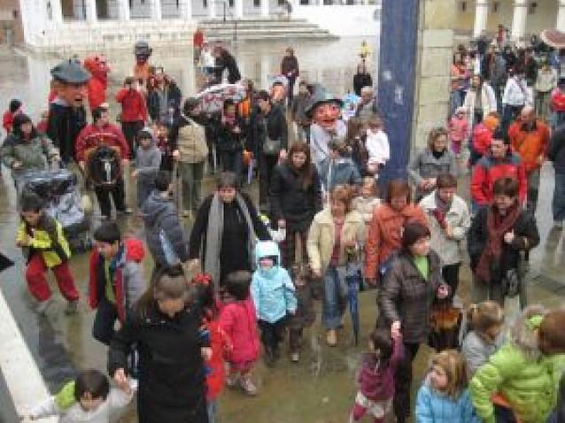 Los gigantes de Irurtzun desafían a la lluvia en el día de San Martín