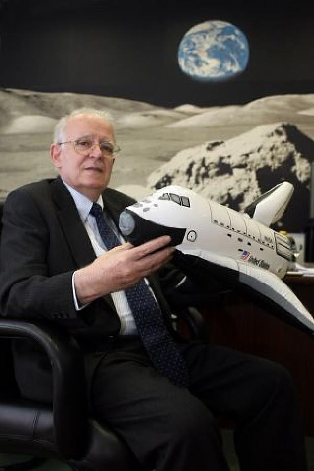 """""""Como el hombre no puede aún ir a Marte, volverá a la Luna en 2020"""""""