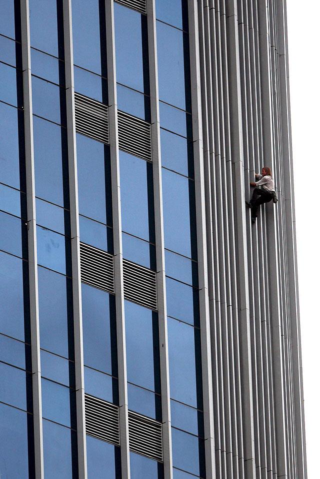 """""""Spiderman"""" escala un rascacielos de 33 pisos en Yakarta"""
