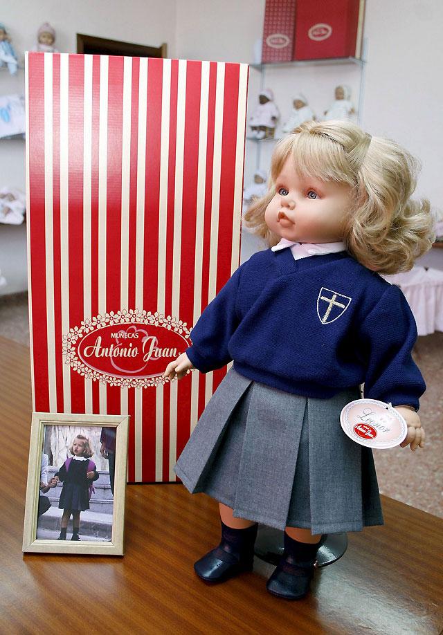 Una fábrica de juguetes crea una muñeca de la Infanta Leonor con uniforme escolar