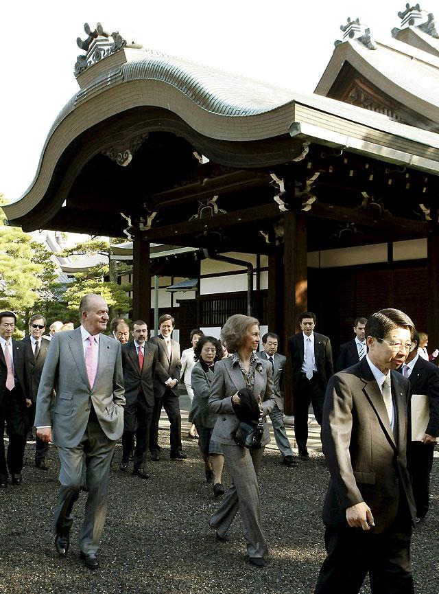 Los Reyes de España terminan su visita a Japón en un jardín en otoño