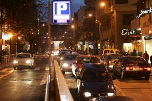 Casco Antiguo y Ensanches necesitarían 2.000 plazas más para aparcar todos sus coches