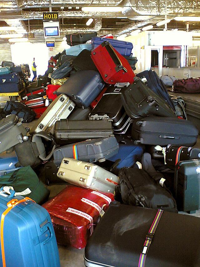 La arriesgada vida de las maletas en los aeropuertos