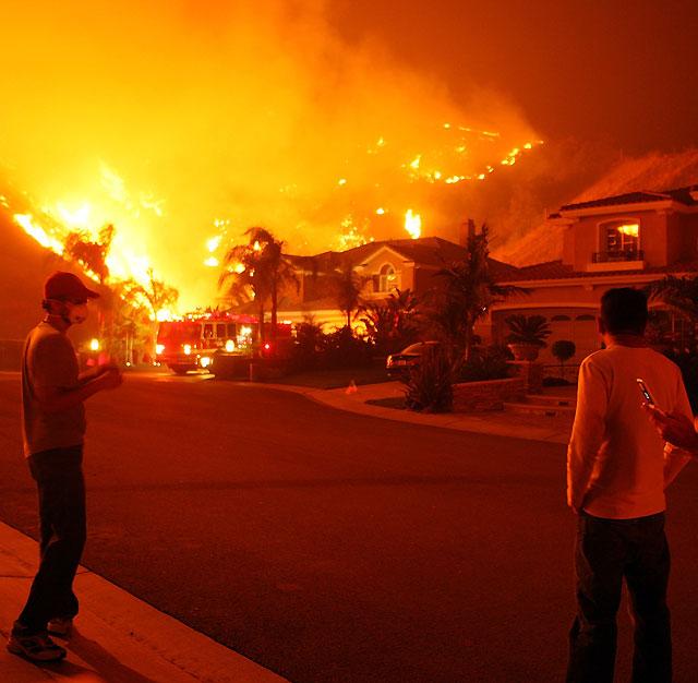 Decretado el estado de emergencia en Los Ángeles ante el imparable avance de las llamas