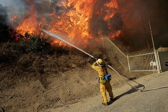 Las llamas devoran por cuarto día el sur de California