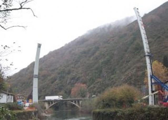 Los dos semiarcos del nuevo puente de Endarlatsa, listos para unirse mañana