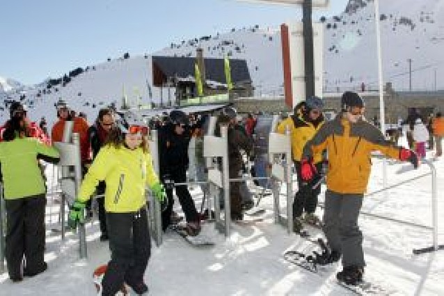 Centenares de navarros estrenan la temporada de esquí en los Pirineos