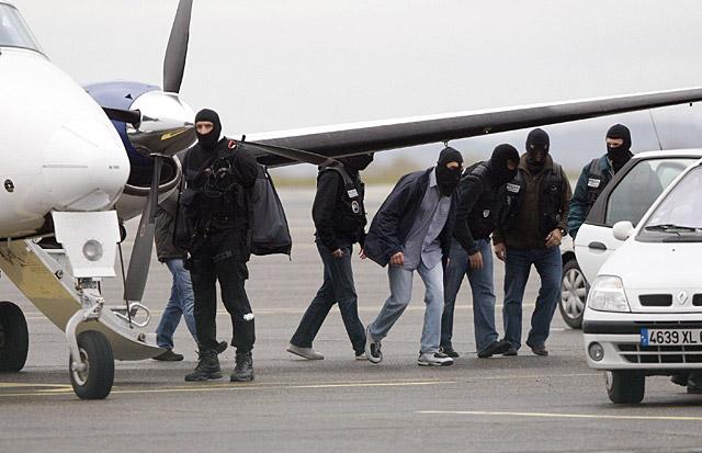 'Txeroki' y López Zurutuza, trasladados a París en un avión oficial