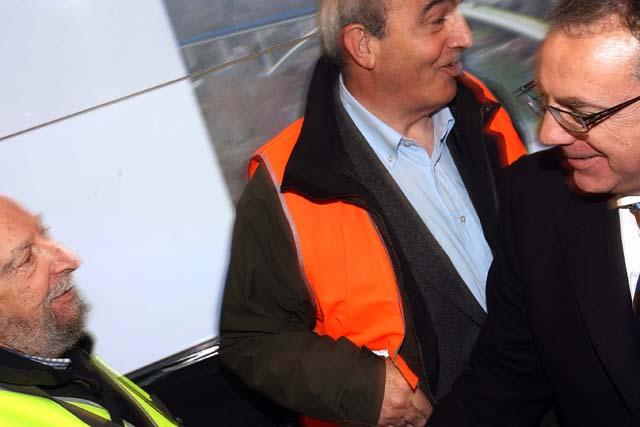 Sanz e Ibarretxe presiden el acto de colocación del nuevo puente de Endarlatsa sobre el río Bidasoa
