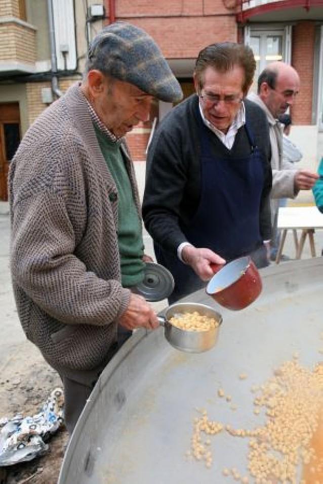 Unos 600 vecinos participan en la comida de garbanzos de fin de fiestas