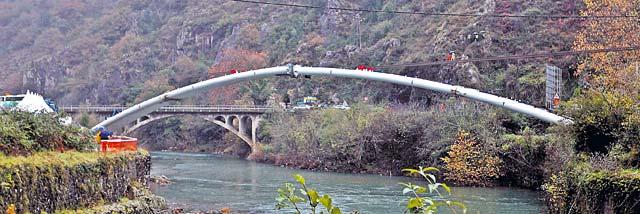 Endarlatsa luce nuevo puente sobre el Bidasoa