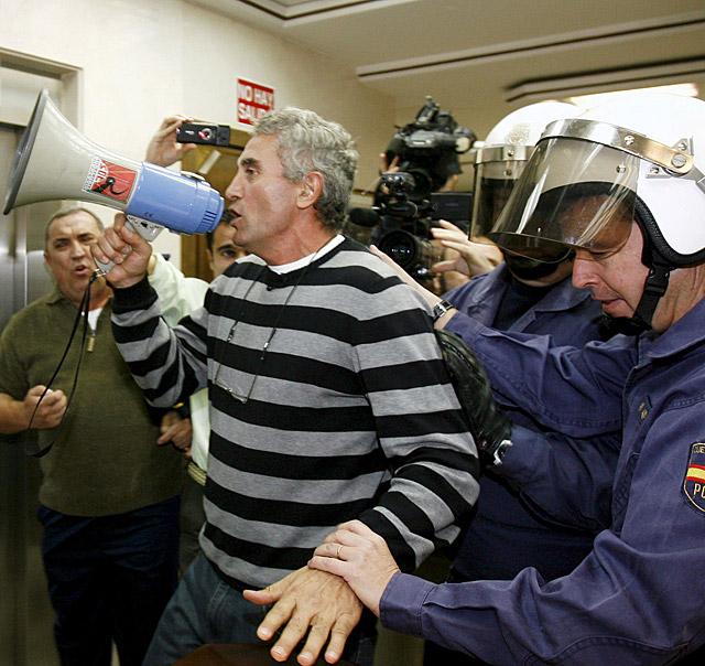 Ocupan un banco y una inmobiliaria en Granada para protestar por el plan de rescate