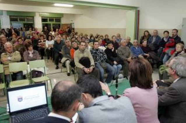 Vecinos de Santa Mª la Real y la alcaldesa posponen la reforma de Pico de Ori