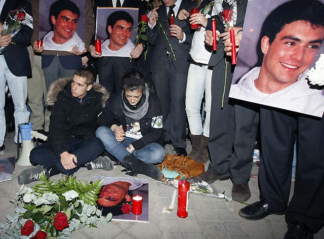 Miles de jóvenes recuerdan al joven Álvaro Ussía junto a la discoteca donde murió