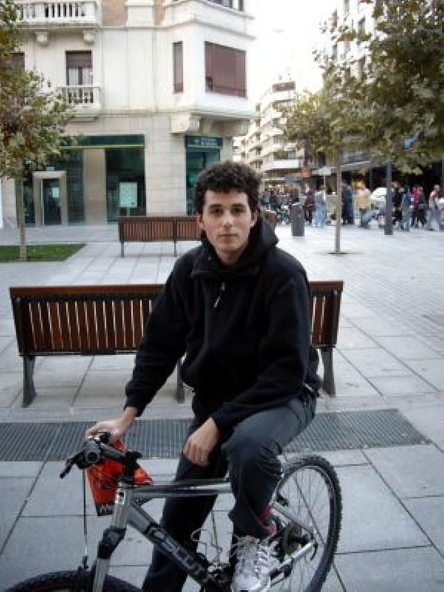 Ciclistas y peatones se disputan las aceras