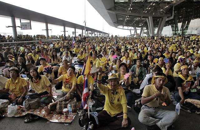 La ocupación del aeropuerto de Bangkok agrava la crisis política en Tailandia