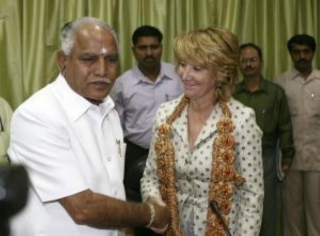 Una cadena de atentados sorprende en la India a Aguirre y una delegación española