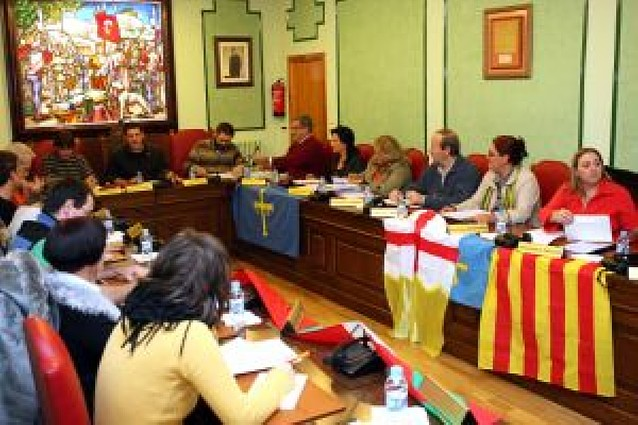UPN y PSN colocan banderas de Asturias y Aragón en Villava, y el alcalde las deja