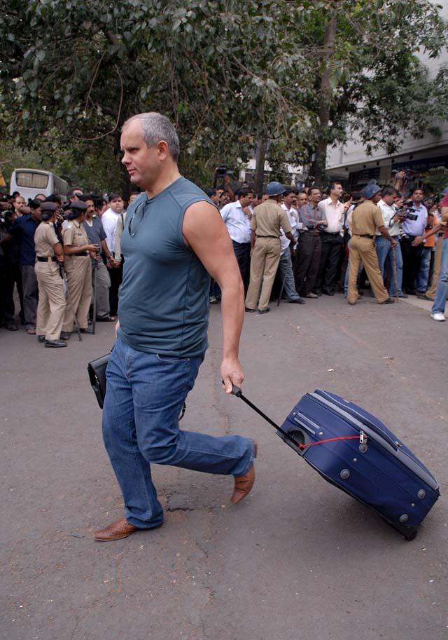 Unos 60 españoles salen de Bombay en un avión fletado por el Gobierno