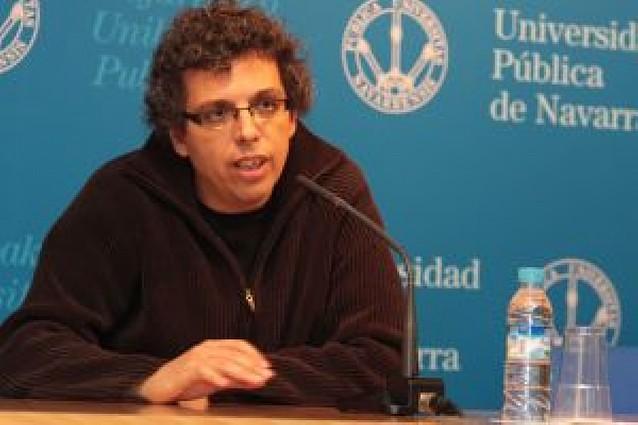 Pedro Guerra defiende su oficio en un encuentro con estudiantes de la UPNA