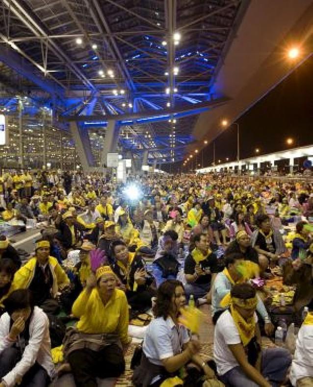 La policía ordena a los manifestantes desalojar el aeropuerto de Bangkok
