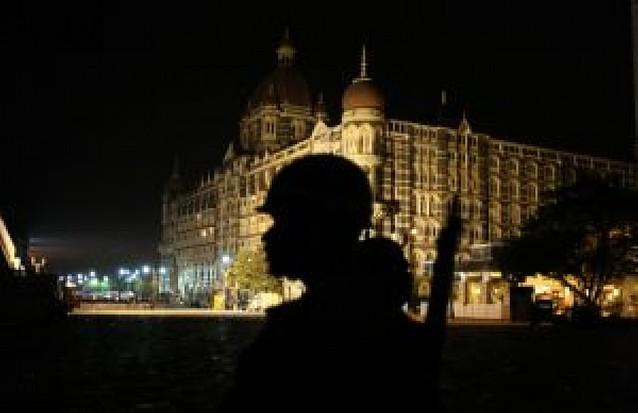 Los terroristas resisten con rehenes en el hotel Taj Majal, cercado por la policía india