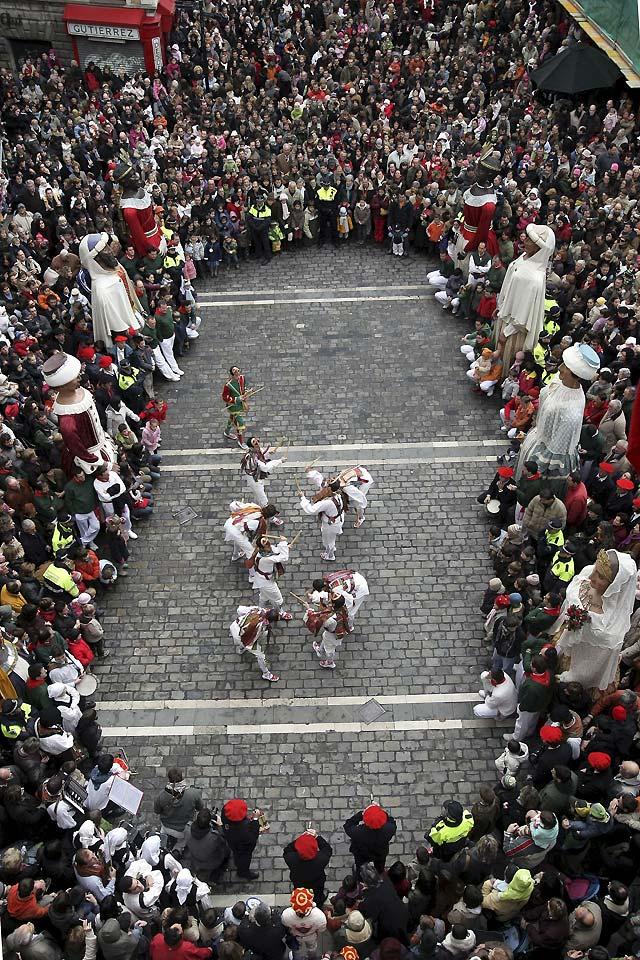 Cientos de pamploneses acompañan a San Saturnino por las calles de Pamplona
