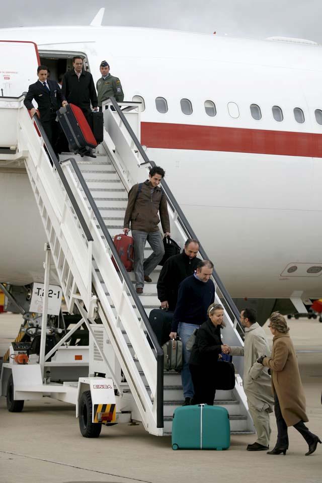 Llegan a Madrid los dos empresarios rescatados del Hotel Oberoi de Bombay