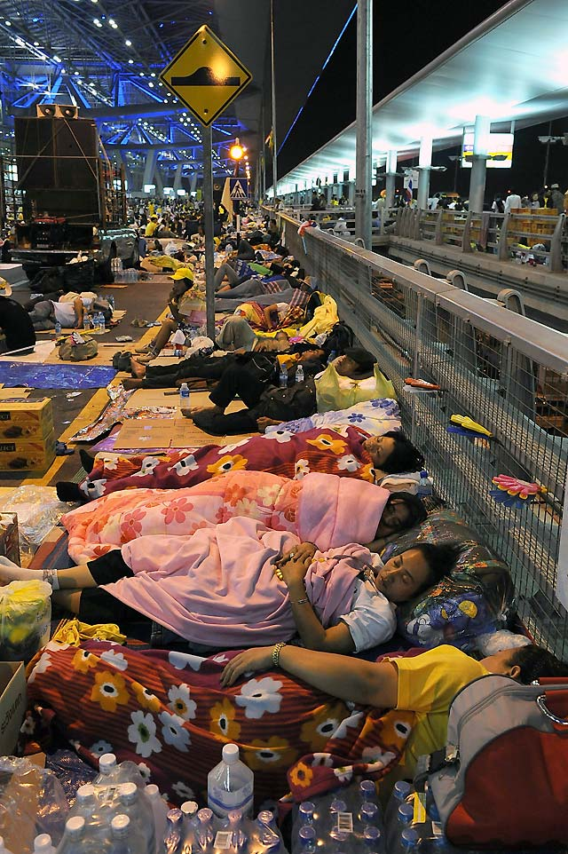 Rodeados de policías, los manifestantes en Suvarnabhumi no pierden el sueño