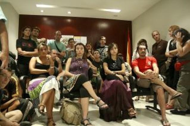 Tensa espera de los turistas en la embajada de España en Bangkok
