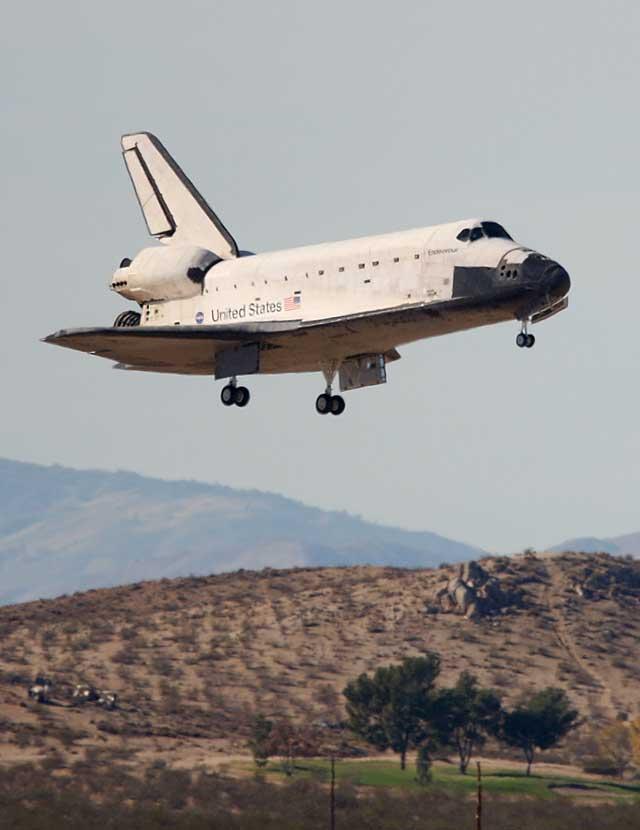 """El """"Endeavour"""" regresa a Tierra tras 16 días en el espacio para remodelar la EEI"""