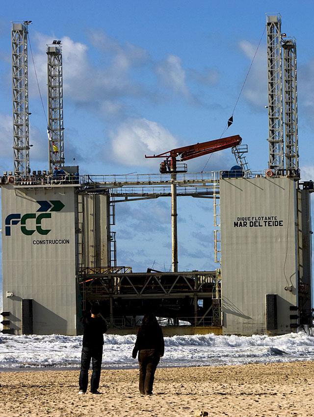 FCC tratará de remolcar el dique embarrancado en La Barrosa (Cádiz)
