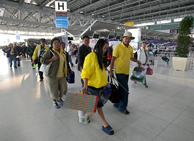 Los manifestantes antigubernamentales completan su retirada del principal aeropuerto de Bangkok