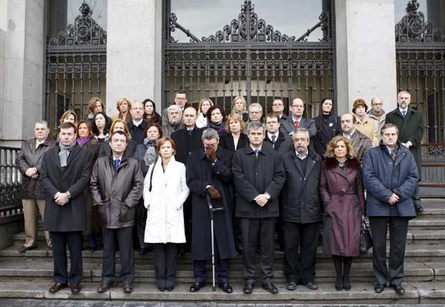 Representantes de las instituciones navarras se concentraron frente el Parlamento en repulsa por el asesinato de Uría