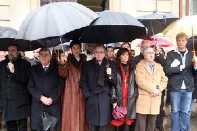 El Parlamento de Navarra exige a ETA que entregue las armas y deje de matar