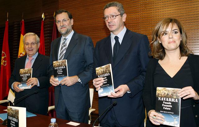Rajoy, Gallardón y Sáenz de Santamaría arropan en Madrid a Del Burgo y su libro