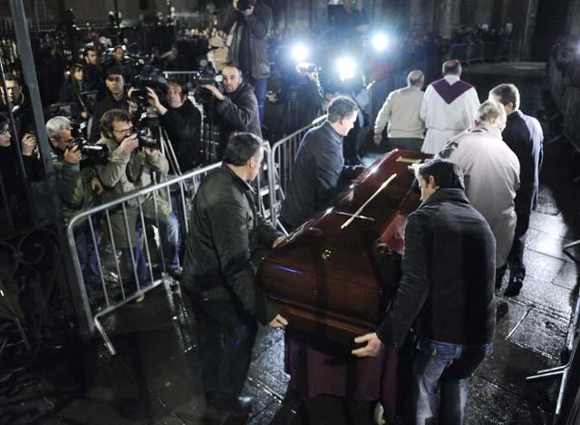 Cientos de personas abarrotan la iglesia donde se oficia el funeral por Ignacio Uría