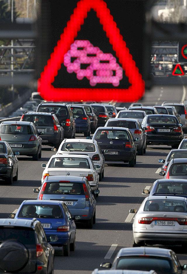 Retenciones en las carreteras de salida de Madrid y Barcelona al inicio del Puente de la Constitución