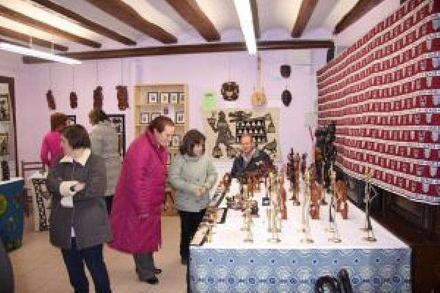 Los Padres Blancos exponen y venden artículos de África con fines benéficos
