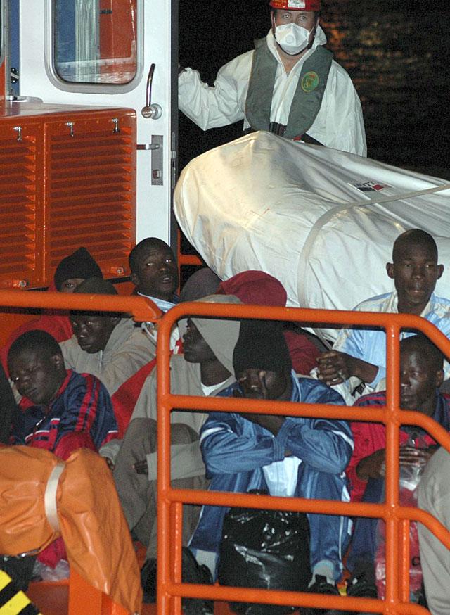 Llega a Arguineguín el cayuco con 66 inmigrantes, uno de ellos muerto, rescatado por Salvamento Marítimo
